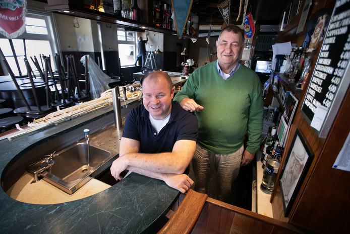 Vader en zoon Van den Hurk in Café d'n Babbel in Wintelre.