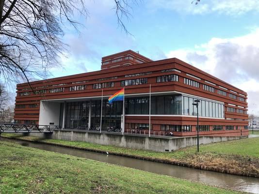 De Regenboogvlag bij het gemeentehuis in Waalwijk.