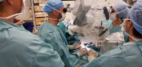 Eerste operatie met robot van Eindhovense Microsure geslaagd