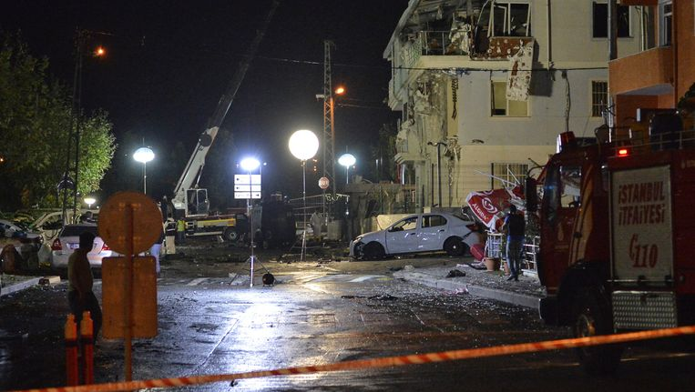 De forensische politie onderzoekt de omgeving rondom het politiebureau in Istanbul, waar vannacht een bom ontplofte. Beeld ap