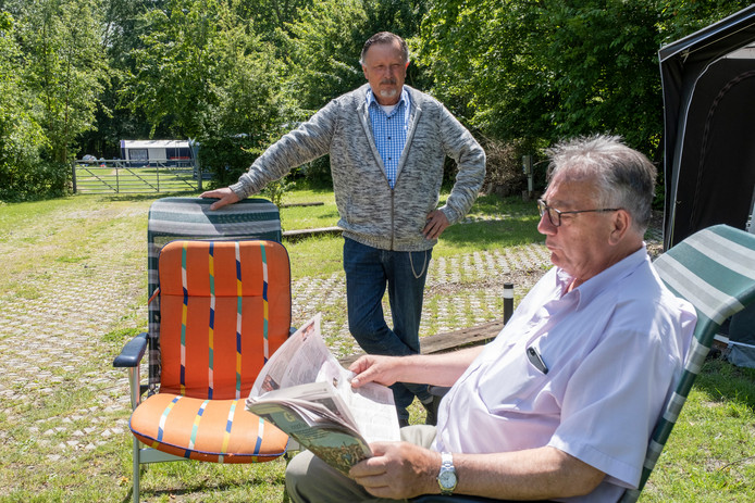 Bram van Leeuwen (staand) bij een campinggast op de minicamping.