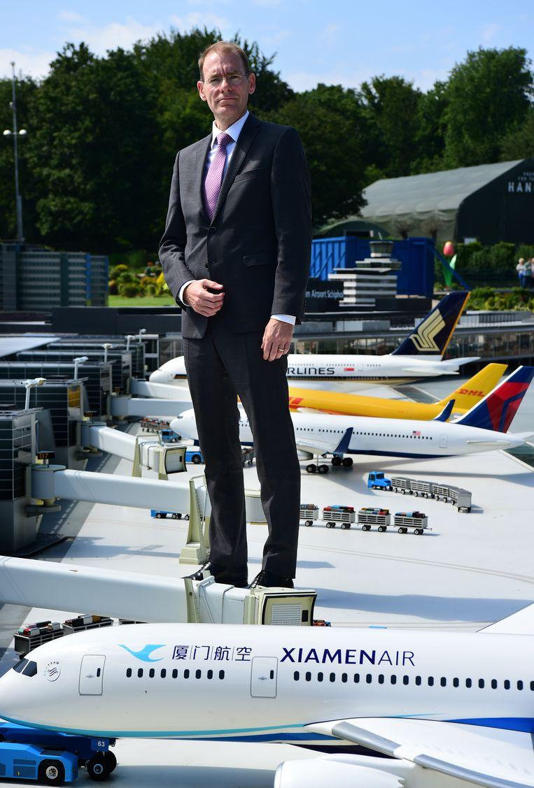 Menno Snel op miniatuurluchthaven Schiphol in Madurodam.  Beeld Marcel van den Bergh / De Volkskrant