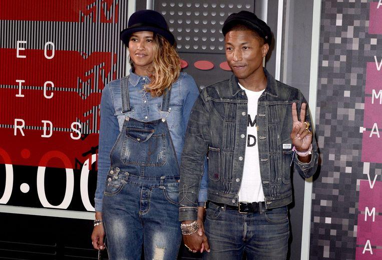 Pharrell Williams (R) en Helen Lasichanh (L) op de rode loper van de MTV Video Music Awards in 2015. Beeld epa