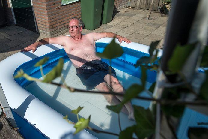 """In het badje van Corné Reniers is ruimte voor twee personen: Corné en zijn vriendin. ,,De hond past er ook nog wel bij, maar die is bang voor water."""" Een nieuw badje, dit exemplaar in Zevenbergen: zijn voorganger sneuvelde vorige week bij het opzetten. Een investering van 15 euro."""