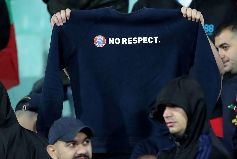 Fans verandereden UEFA-shirts met de slogan 'respect' in 'no respect'.