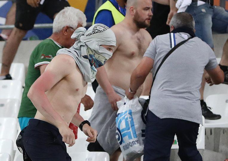 Een Russische supporter zondag in het stadion in Marseille. Beeld ap