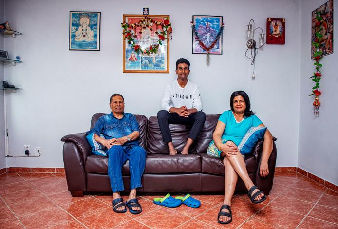 Prasanna Mitrasing thuis op de bank met zijn ouders.