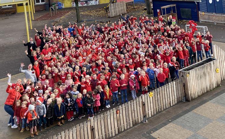 De hele school verscheen in rode kledij en met rode neus op.