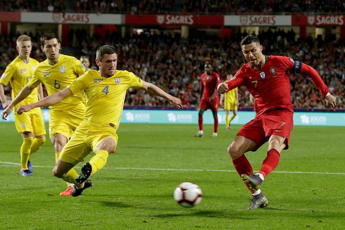 Sergii Kryvtsov in duel met Cristiano Ronaldo.