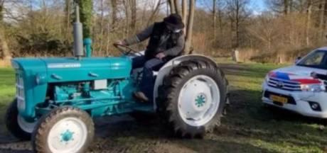 Politie met nieuwe terreinwagen muurvast in de modder, Twickel-boer met trekker schiet te hulp