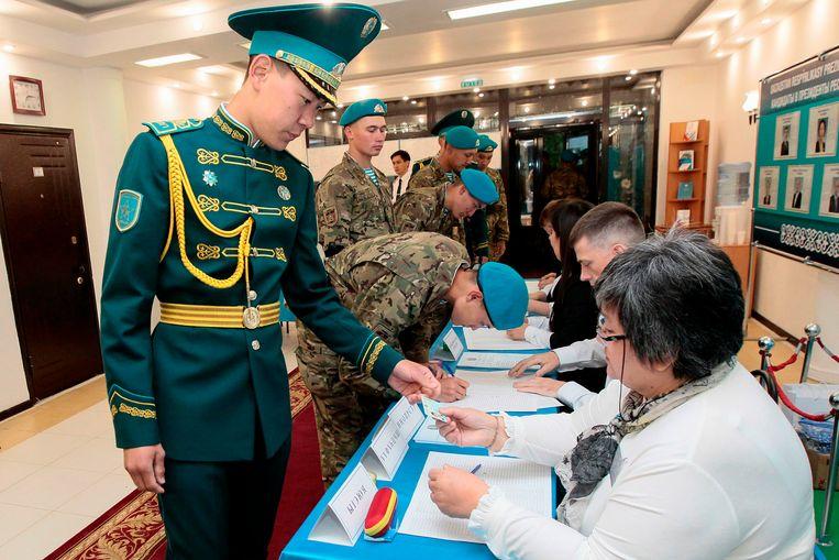 Kazachse militairen in het stemlokaal.