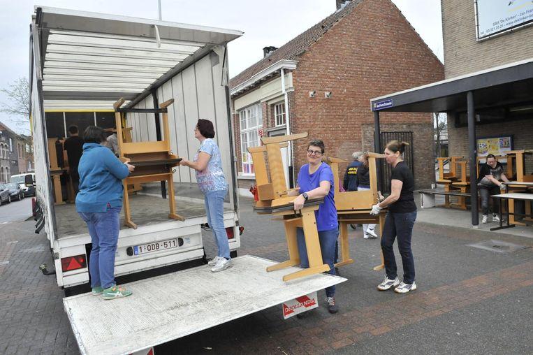Leerkrachten, directie en ouders van leerlingen verhuizen de inboedel van De Klinkers. De basischool verhuist tijdelijk naar klascontainers in het Tirolerhof.