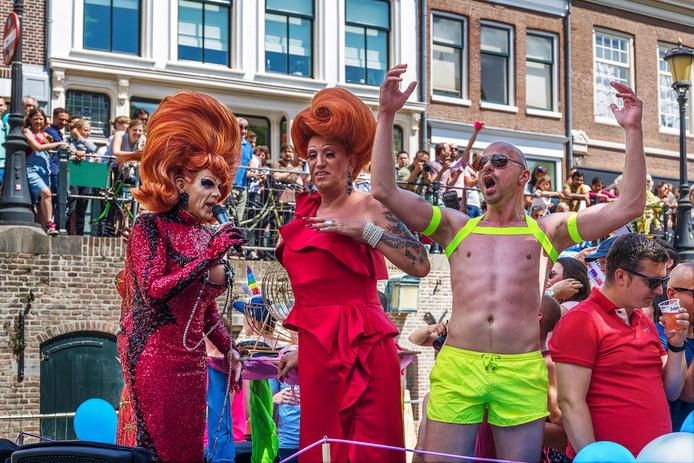 De eerste Utrecht Canal Pride trekt duizenden bezoekers.