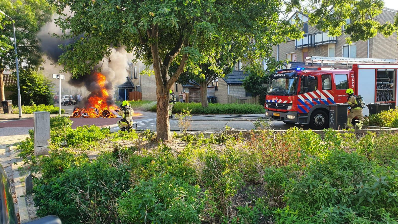 Binnen no-time ging het autootje in vlammen op.