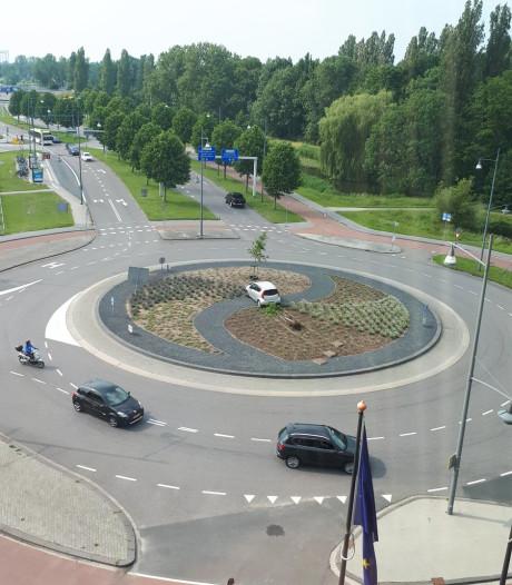 Oeps! Automobilist 'parkeert' wagen midden op rotonde