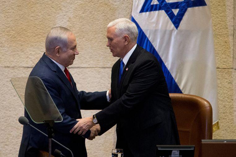 Amerikaans vicepresident Mike Pence drukt Israëlische premier Benjamin Netanyahu de hand voor hij het Israëlische parlement toespreekt.