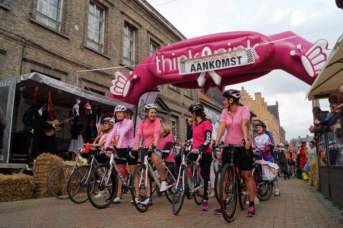 De start van het 'Think Pink'-peloton.