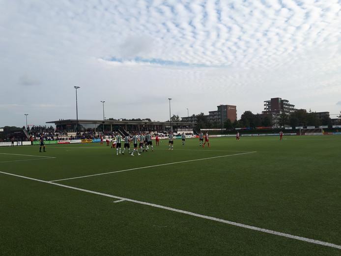 Genemuiden-spelers vieren de 1-3 van Omar Kavak.