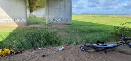 Politie stopt groot illegaal feest onder brug bij snelweg Deventer