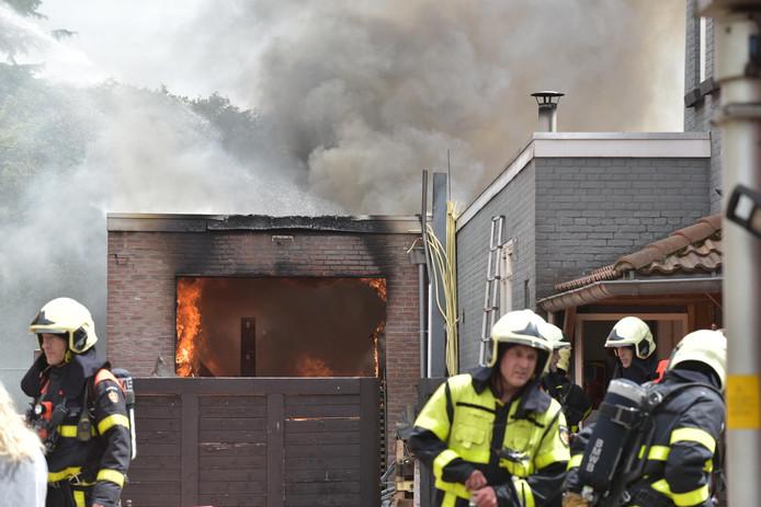 Grote brand verwoest houtbedrijf in Teteringen