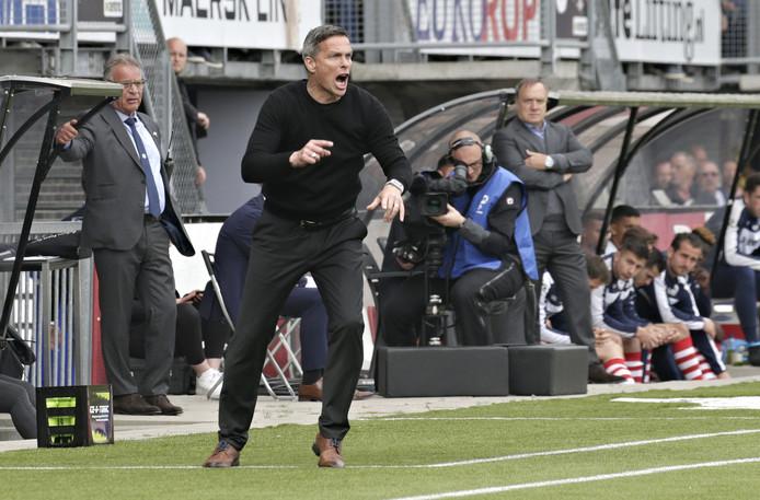 Gérard de Nooijer, trainer van FC Dordrecht, hoort vrijdagmiddag of zijn ploeg het opneemt tegen het FC Twente van spits Tom Boere.