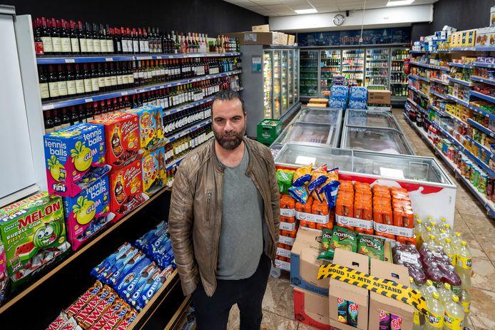 """Eigenaar Umit Süverekli van de avondwinkel aan de Hommelstraat. ,,Dit moet geen drie maanden duren. Want dan is straks geen avondwinkel meer over."""""""