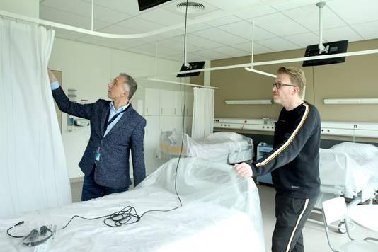 Jan van Velzen (links) was met Frans de Vree en vele andere mensen druk om de tijdelijke verpleegafdeling op te bouwen.