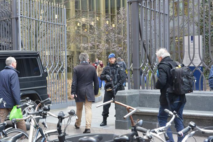Het gebouw van het Ministerie van Justitie en Veiligheid wordt ook beveiligd.