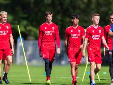 FC Twente-trainer Ron Jans beloont jeugdspelers Rots en Staring