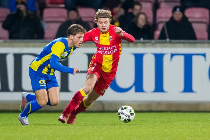 Dean van der Sluys (l) met Thijs Dekker van Go Ahead Eagles.