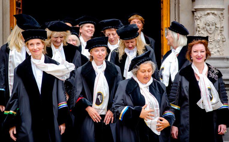 Stoet van vrouwelijke hoogleraren tijdens de opening van het Academisch Jaar.  Beeld null
