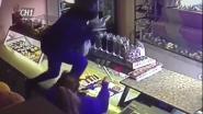 """VIDEO. Gewapende overvaller stormt bakkerij Gijbels binnen: """"Als ze met een revolver voor je neus staan, dan sta je perplex"""""""