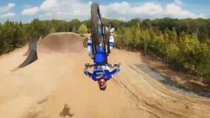 Zo beleefde u halsbrekende stunts nog nooit: drone volgt motorcrosser terwijl hij door het luchtruim zweeft (en dat levert indrukwekkende beelden op)
