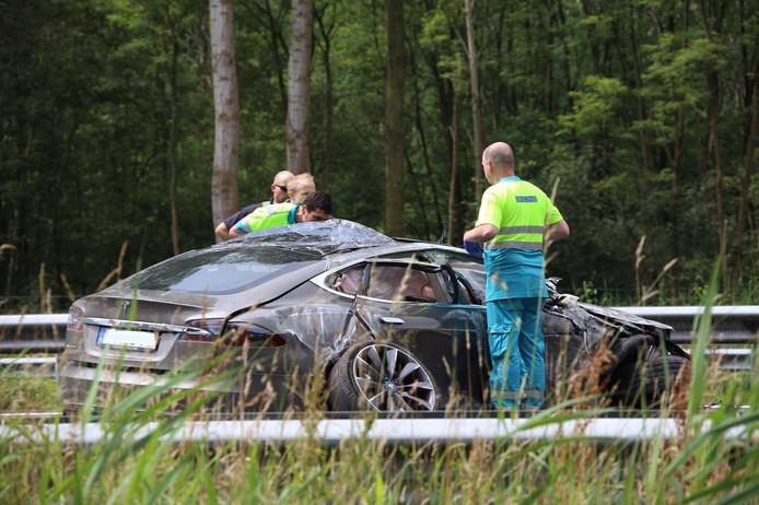 De auto is vermoedelijk tegen een vrachtwagen gebotst