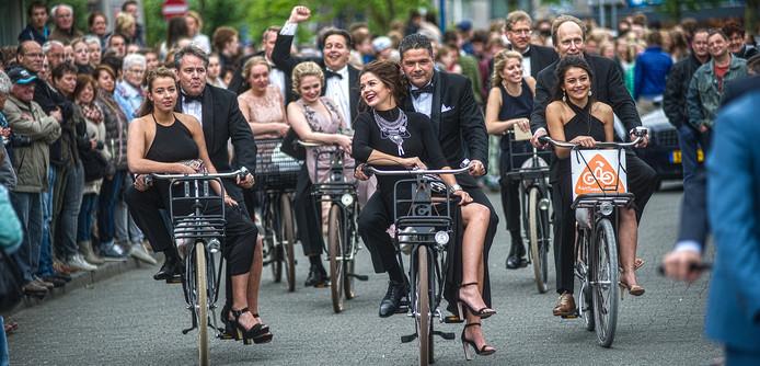 Archieffoto: examenleerlingen havo en vwo van het Zwijsen College op weg naar theater De Blauwe Kei voor hun gala.