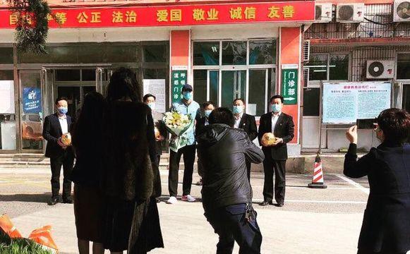 Fellaini bij het verlaten van het ziekenhuis. Mét mondmaskertje en een ruiker bloemen in de hand.