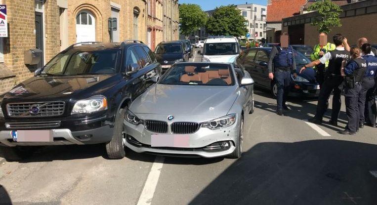 De bestuurder van deze BMW is door de carjacker in zijn vlucht tegen een geparkeerde Volvo geduwd.