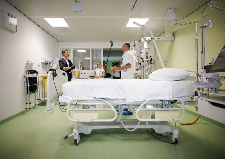 Minister-president Mark Rutte op de intensive care afdeling in ziekenhuis Bernhoven. Het bezoek staat in het teken van de zorg voor coronapatienten.  Beeld ANP