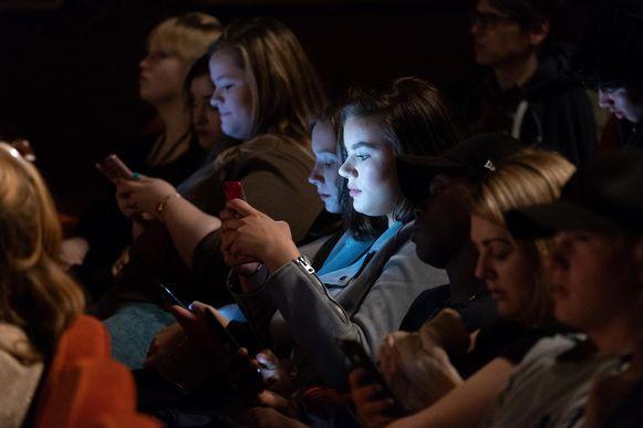 Jongeren kunnen tijdens het toneelstuk hun mening laten horen na iedere sketch.