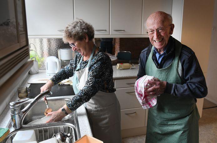 Henk Baas met dochter Joke aan de afwas