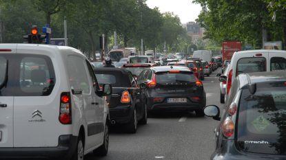 Politiewagen botst op auto in Brussel: twee gewonden en veel hinder op kleine ring