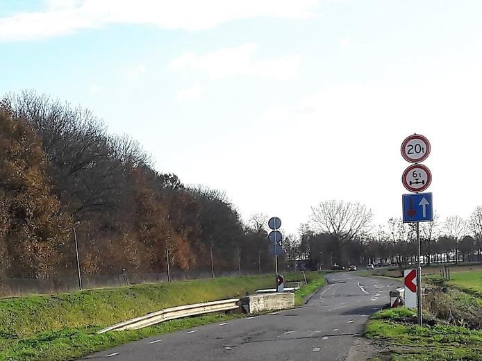 Bij de versleten brug over de Hoofdwetering stonden beperkingen voor zwaar verkeer vermeld.