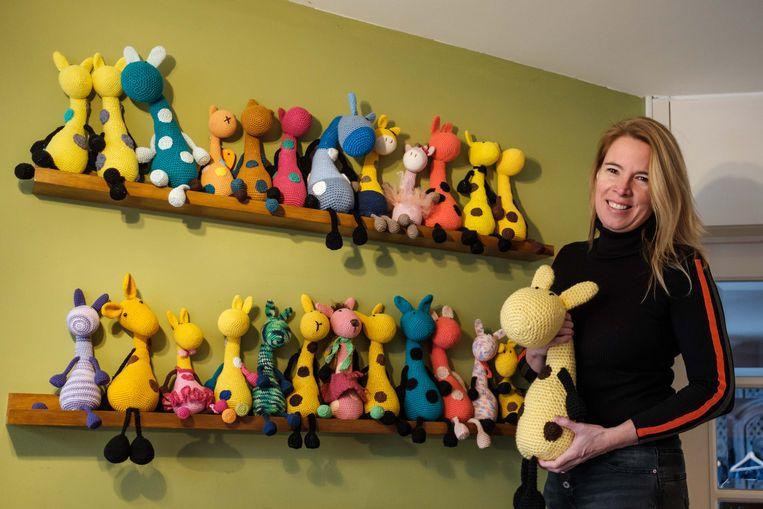 Marijn Welten heeft al 90 Girafjes die door vrijwilligers zijn gehaakt. Ze worden naar kinderen in vluchtelingenkampen op het Griekse eiland Lesbos gebracht.