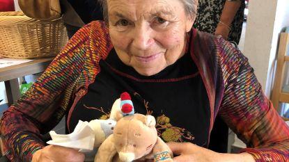 Tinneke verkoopt knuffels voor Rode Neuzen Dag