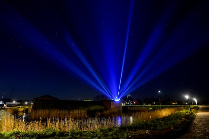 Lichtshow in Raamsdonksveer ter ere van de helden van de samenleving.