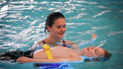 Jongeren met mentale beperking krijgen zwemles