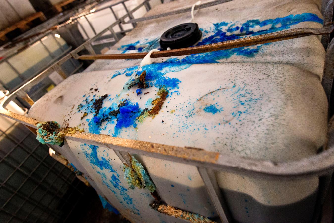 Honderden lekkende vaten met chemisch afval werden in 2016 in een loods aan de Helmondse Lage Dijk gevonden.
