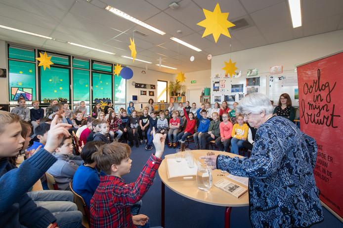 Oudere Wageningers praten met leerlingen G.J. van den Brinkschool over de oorlog