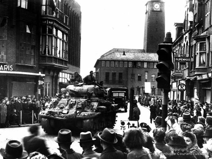 Beeld van de bevrijding van Enschede, op de hoek van de Kalanderstraat en de Langestraat. Op de achtergrond het stadhuis.