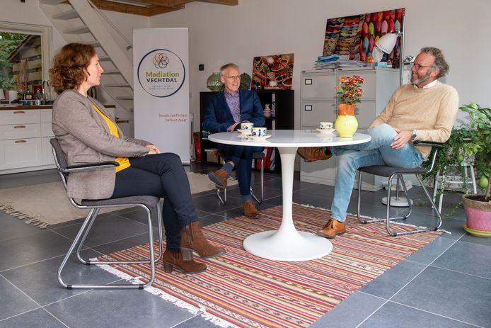 Mediators Sabine Breuls, Erik Koster  en Onno Looijestijn (vlnr) maken deel uit van Mediation Vechtdal.